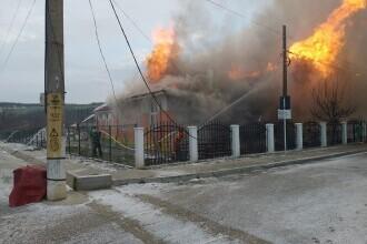Școală din Vaslui, cuprinsă de un incendiu violent. Șase elevi erau în unitate când au izbucnit flăcările
