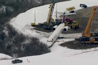 Un avion cu pasageri a ieșit de pe pistă și s-a oprit cu botul la marginea unei râpe, în SUA