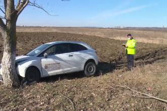Accident neobișnuit în județul Dâmbovița. Cum a ajuns într-un copac un șofer ce conducea o mașină pentru livrări la domiciliu