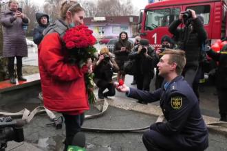 Cerere inedită în căsătorie a unui pompier din Ucraina. Ce i-a răspuns iubita