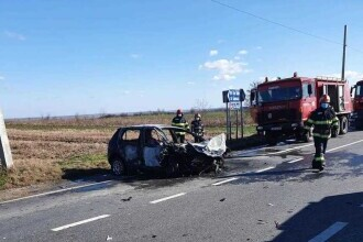 Accident între un autoturism şi un dric ce transporta un mort. Autoturismul a luat foc. Sunt 4 răniți