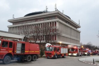 Incendiu izbucnit la Politehnica Bucureşti, cu degajări mari de fum din clădirea Rectoratului