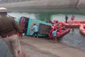 Un autobuz plin cu pasageri s-a prăbușit într-un canal, în India. Cel puțin 40 de persoane au murit