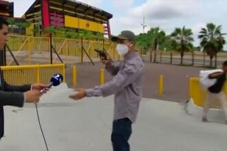 VIDEO. Un jurnalist a fost jefuit în direct, cu un pistol, în timp ce filma