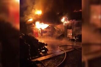 Incendiu violent în Târgu Neamț. Un service auto și un depozit au fost mistuite de foc