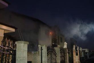 O casă din Timișoara a fost cuprinsă de flăcări. Mai multe persoane au inhalat fum