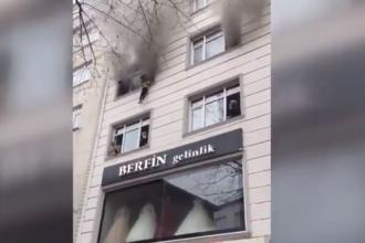 VIDEO. Patru copii, aruncați de la etajul 3 de mama lor pentru a-i salva dintr-un incendiu, în Turcia