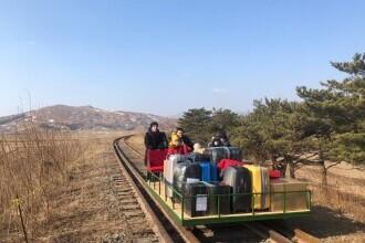 VIDEO. Diplomații ruși din Coreea de Nord, obligați să își care singuri bagajele până în Rusia