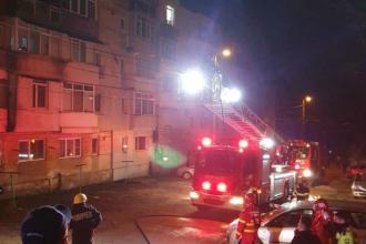 Incendiu într-un bloc din Tulcea. 11 persoane au fost evacuate, pompierii au salvat un cățel care se adăpostise sub pat