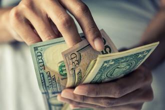 Americanii vor primi în acest weekend primele cecuri în valoare de 1.400 de dolari