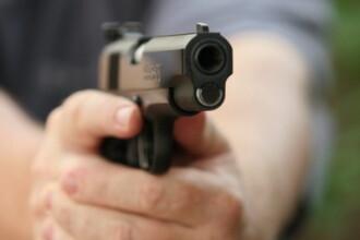 Un profesor universitar si-a impuscat sotia, apoi a mai omorat doi barbati