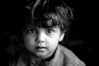 Caz socant la Iasi. Doi copii, de 2 si 4 ani, abandonati de catre mama lor!