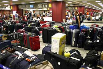 Pe aeroportul Luton din Londra, doi angajati furau din bagaje ca-n codru