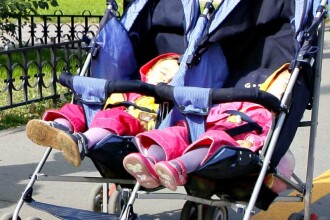 Mamele de gemeni si tripleti au iesit in strada!