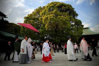 Este ziua cand japonezii isi iubesc sotiile cu voce tare!