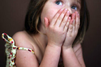 Romania, fara mama si tata: 25.000 de copii cresc fara niciun parinte langa ei