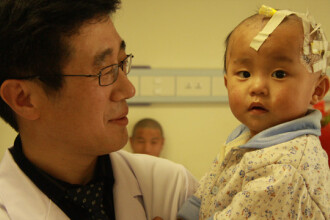 Infiorator! Copil de 1 an a ajuns la spital cu un bat infipt in creier!