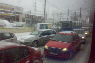 Trafic blocat, dupa ce o utilitara a ajuns pe linia de tramvai! VEZI VIDEO!