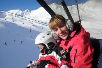 Roxana Ciuhulescu, profesor de schi pentru fetita ei in Austria