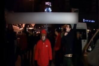 Un barbat a fost ridicat de jandarmi dupa ce i-au citit pancarta cu care a venit la Universitate