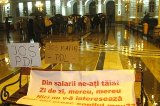 Aradenii au protestat agitand umbrele in loc de pancarte