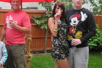 Secretul scandalos din spatele acestei fotografii de familie. Ce ii ascunde tanara logodnicului ei