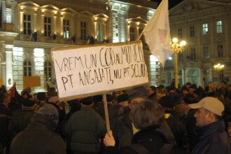 "Protestele de la Arad: ""Base, da-te prins!"", ""Vrem presa libera!"""