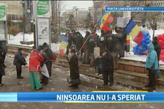 A 13-a zi de proteste in Piata Universitatii. 200 de bucuresteni au infruntat ninsoarea