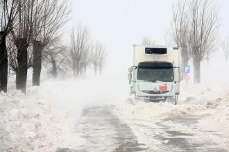 Sapte drumuri nationale sunt inchise. Furtuna de pe mare a distrus epava de la Costinesti