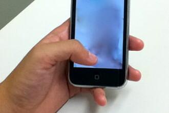 Scandal la un service de telefoane mobile. Un angajat a copiat fotografii indecente de pe smartphone-ul clientelor