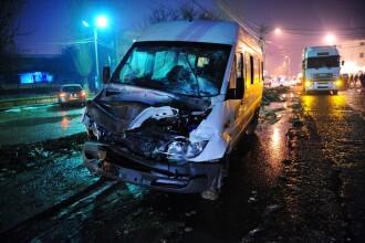 Grav accident pe DN6: un microbuz a fost lovit de o masina de teren. Doua persoane au murit
