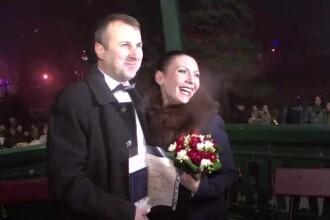 Numar record de casatorii sub Poarta Sarutului. 26 de cupluri au spus