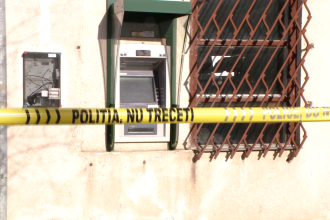Un politist si un jandarm aflati in timpul liber au prins in flagrant un individ care fura bani dintr-un bancomat