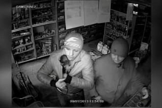 Hoti filmati de camerele de supraveghere cand fura un catelus dintr-un pet-shop. VIDEO