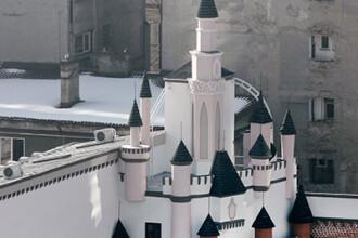 In centrul Capitalei a rasarit un castel ca in Disneyland. Pentru cine a fost construit