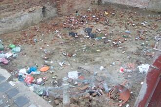 Groapa de gunoi, in locul unei locuinte prabusite in urma cu un an, in cartierul Fabric. FOTO