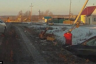 Tragicomedie in Rusia. Un sofer sicanat in trafic este atacat cu cutitul, dar se apara cu o lopata