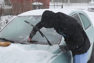 GHIDUL soferului in caz de COD ROSU de ninsori. Ce trebuie sa aveti in masina inainte de a pleca la drum