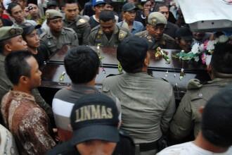 Prima victima a avionului AirAsia recuperata din Marea Java a fost inmormantata. Noua cadavre au fost scoase din apa