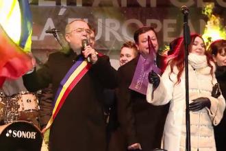 Ce au facut Klaus Iohannis, Victor Ponta sau Emil Boc de Revelion. Momentul in care primarul Clujului canta in fata multimii