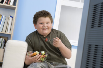 Obezitatea, din ce in ce mai frecventa la copii. Cele doua mari greseli pe care le fac parintii in alimentatia micutilor