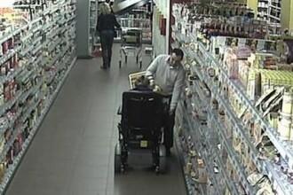 Momentul in care un barbat jefuieste o femeie aflata intr-un scaun cu rotile, surprins de camera de supraveghere. VIDEO