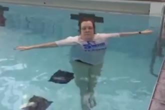Cazul ei este UNIC in lume. Ce se intampla cand aceasta femeie intra in apa - VIDEO