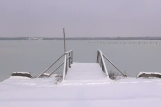 Lacul Sarat a inghetat din cauza gerului. Legendele aparute in urma fenomenului neobisnuit pentru localnici