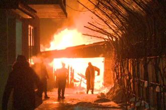 Incendiu puternic intr-un cartier de case din Capitala, ramas fara curent. Localnicii au incercat sa stinga focul cu zapada