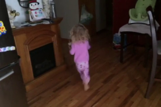 Cum a reactionat o fetita cand a vazut ca a nins afara. Tatal ei a filmat intreg momentul