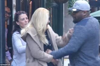 Si-a lovit iubita insarcinata in public. Reactia oamenilor din jur este incredibila. VIDEO