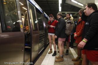 Tinerii din Bucuresti s-au plimbat in lenjerie intima la metrou si au donat haine. Reactiile calatorilor. GALERIE FOTO