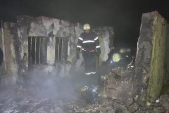 Barbat de 65 de ani, gasit carbonizat in locuinta. Pompierii au mers pe jos 2 km pana la casa acestuia, din cauza zapezii