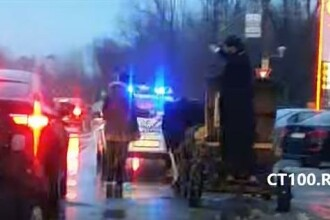 Imaginile anului in Constanta: un preot sfinteste masinile cu agheasma dintr-o caruta cu girofar aflata in trafic VIDEO